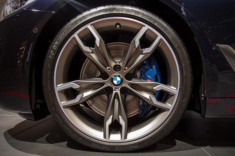 BMW M550d Touring, auf 20 Zoll Leichtmetallrad Doppelspeiche 664 M Ceriumgrau