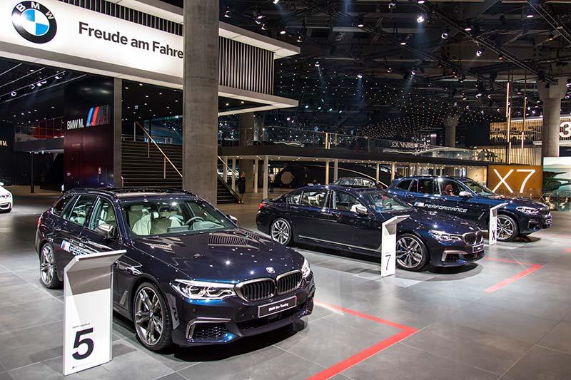 BMW M550d xDrive in der M Perfomance Ausstellung neben M760Li und X3 M40i