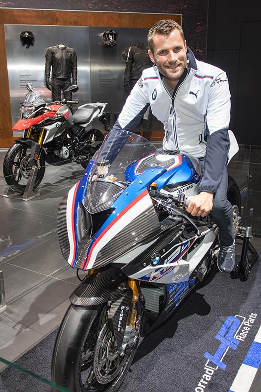 Martin Tomczyk auf dem wohl teuersten BMW Motorrad aller Zeiten: der BMW HP4 Race zu 80.000 Euro