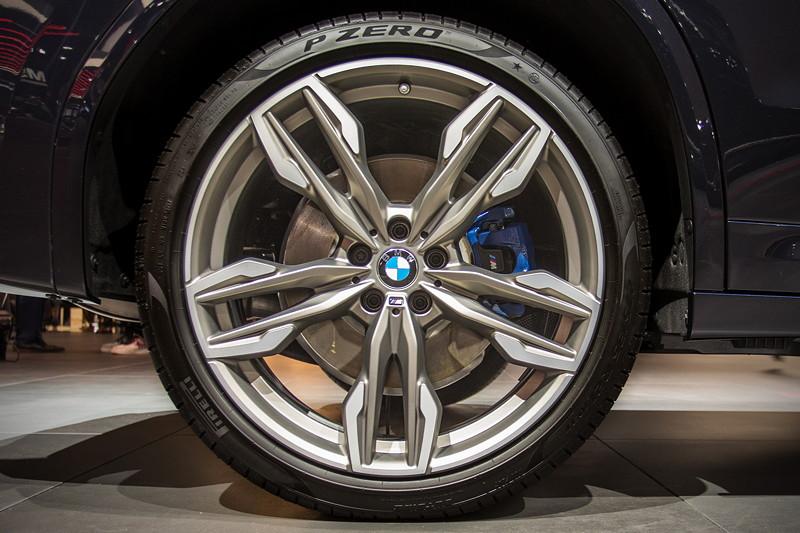 BMW X3 xDrive M40i auf 21 Zoll Felge, Typ Doppelspeiche 718 M mit Mischbereifung 245/40 R 21 (1.390,- Aufpreis), blau lackierter Bremssattel