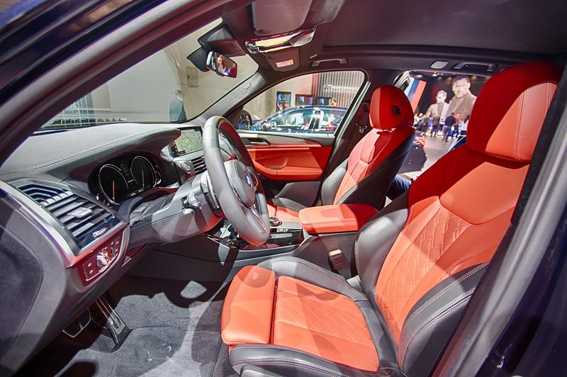 BMW X3 xDrive M40i mit BMW Individiual BiColor Lederausstattung Merino Feinnarbe Fionarot in Kombination mit tiefem Schwarz und Nähte in Kontrastfarbe