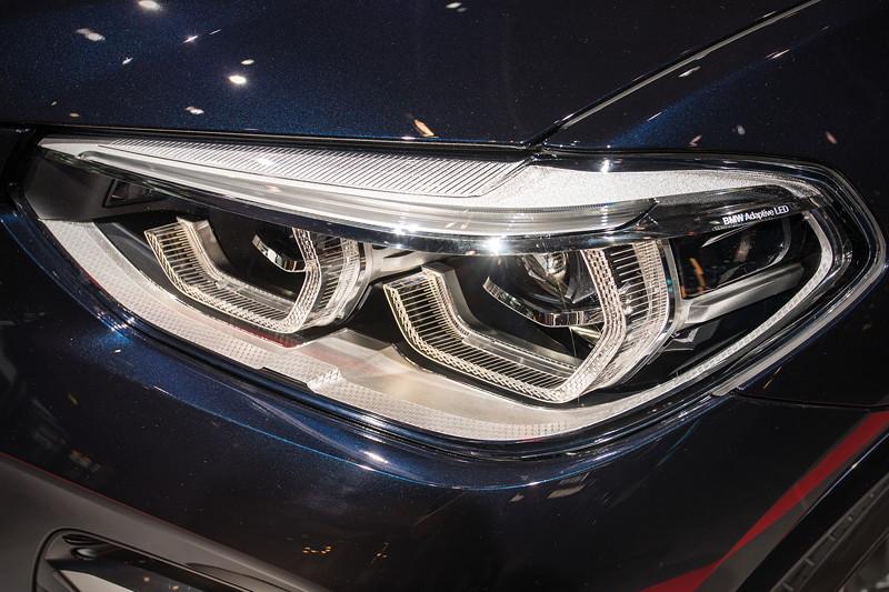 BMW X3 xDrive M40i, Adaptive LED-Scheinwerfer inkl. Kurvenlicht, variabler Lichtverteilung, Abbiegelicht und blendfreiem Fernlichtassistent