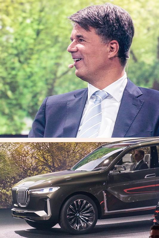 Harald Krüger, Vorsitzender des Vorstands der BMW AG, auf einem Bildschirm. Davor das BMW Concept X7.
