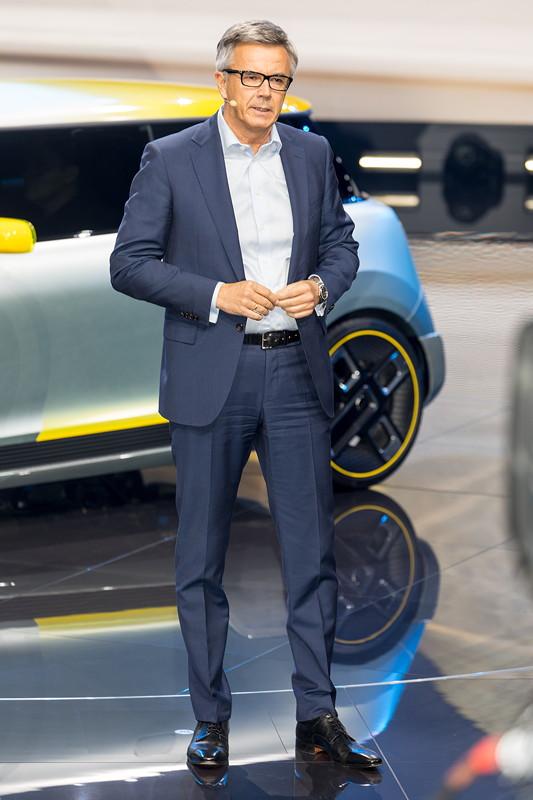 BMW Vorstand Peter Schwarzenbauer bei der BMW Pressekonferenz auf der IAA 2017.