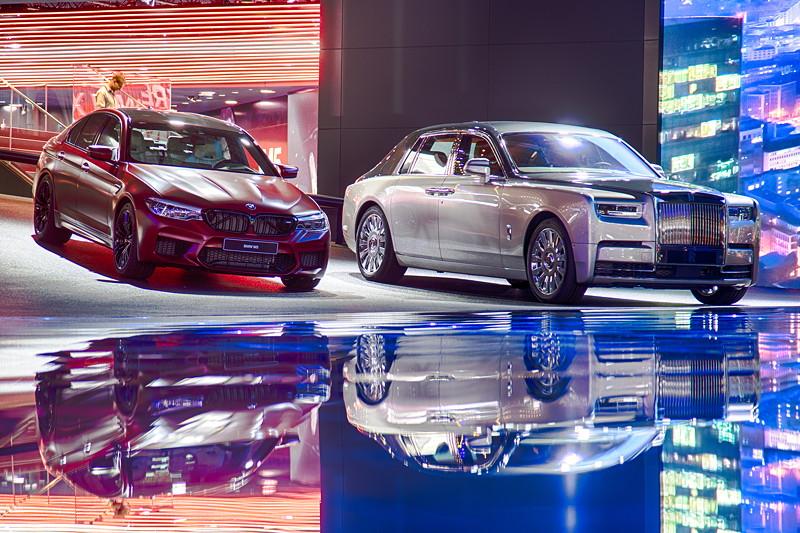Der neue BMW M5 und der neue Rolls-Royce Phantom auf der Bühne des IAA Messestandes von BMW 2017.