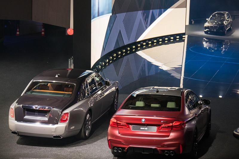 Der ganz neue Rolls-Royce Phantom neben dem ebenfalls ganz neuem BMW M5 auf der IAA 2017.