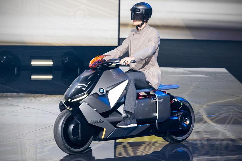 BMW Motorrad Concept Link, fahrend - mit leicht 'pfeiffendem' Motorgeräusch - präsentiert während der BMW Pressekonferenz.