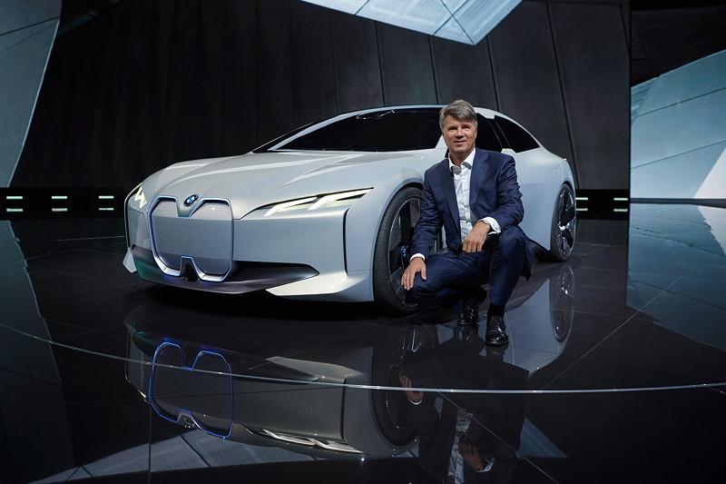 BMW Chef Harald Krüger vor dem BMW i Vision Dynamics, BMW Group Pressekonferenz, IAA 2017.