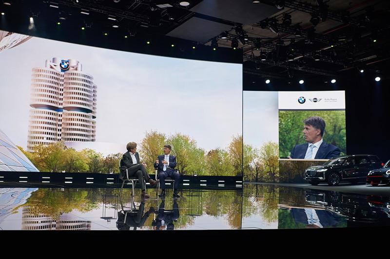 Dialog Harald Krüger, Vorsitzender des Vorstands der BMW AG, undHajo Schumacher, deutscher Autor und Journalist.