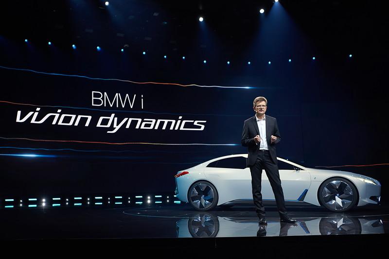 BMW Entwicklungsvorstand Klaus Fröhlich stellte den BMW i Vision Dynamics auf der IAA der Presse vor.