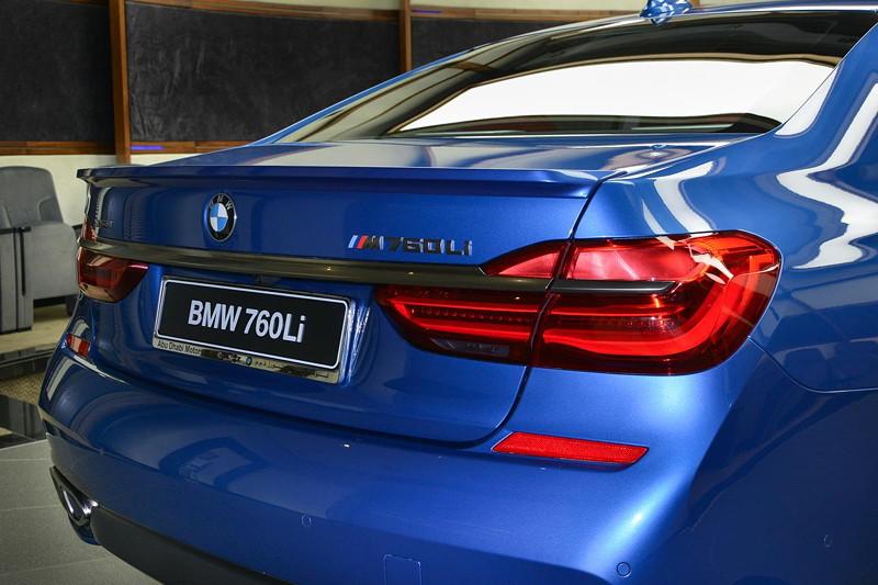 BMW M760Li in Estoril-Blau metallic mit Heckspoiler von Alpina für einen noch sportlicheren Auftritt