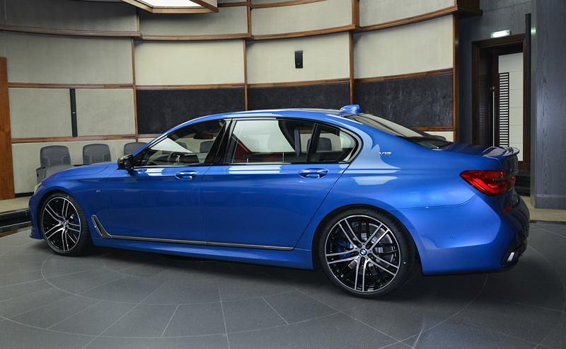 BMW M760Li in Estoril-Blau, serienmäßig als Langversion