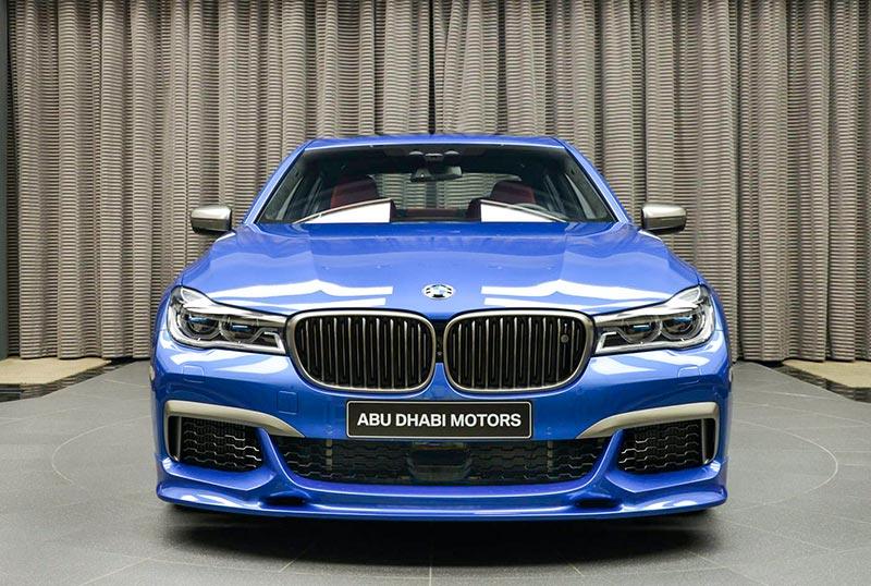 BMW M760Li in Estoril-Blau, vorne mit einem '3D Design' Frontspoiler