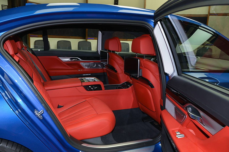 BMW M760Li in Estoril-Blau mit roter Innenausstattung