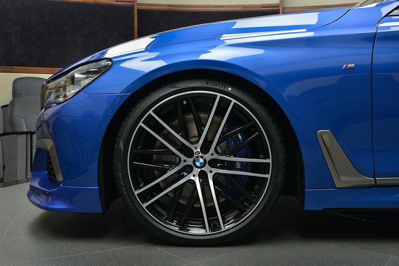 BMW M760Li in Estoril-Blau, auf 21 Zoll M Performance Rädern, Kreuzspeiche 650 M Bicolor schwarz / glanzgedreht