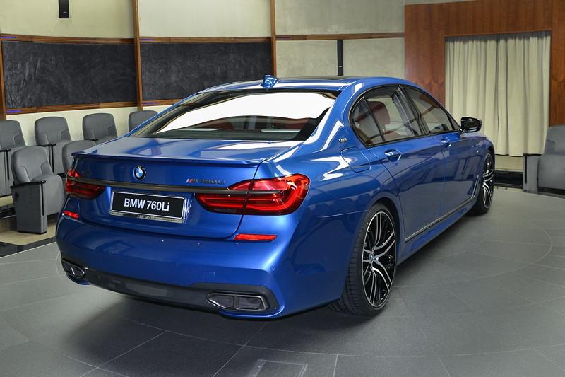 BMW M760Li in Estoril-Blau, mit Heckspoiler aus dem Hause Alpina