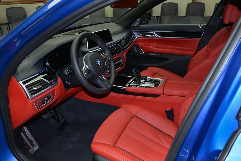 BMW M760Li in Estoril-Blau, mit roter Innenausstattung