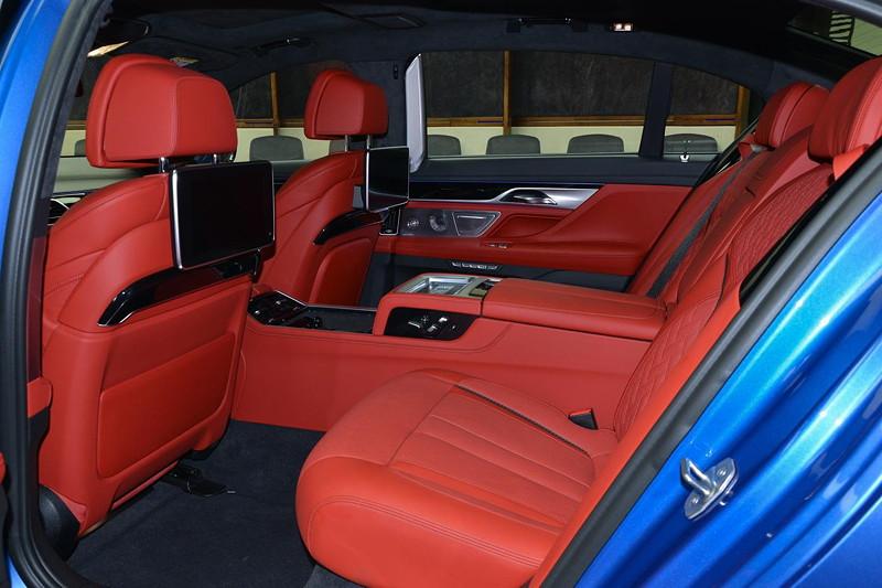 BMW M760Li in Estoril-Blau, mit roter Innenausstattung und Executive Lounge