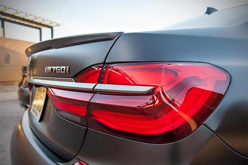 BMW M760Li Drive mit optionalem M Heckspoiler (350 Euro Aufpreis)