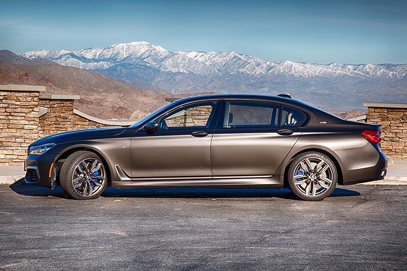 BMW M760Li xDrive Testfahrzeug auf dem 'Pines to Palms Scenic Byway' bei Palm Springs