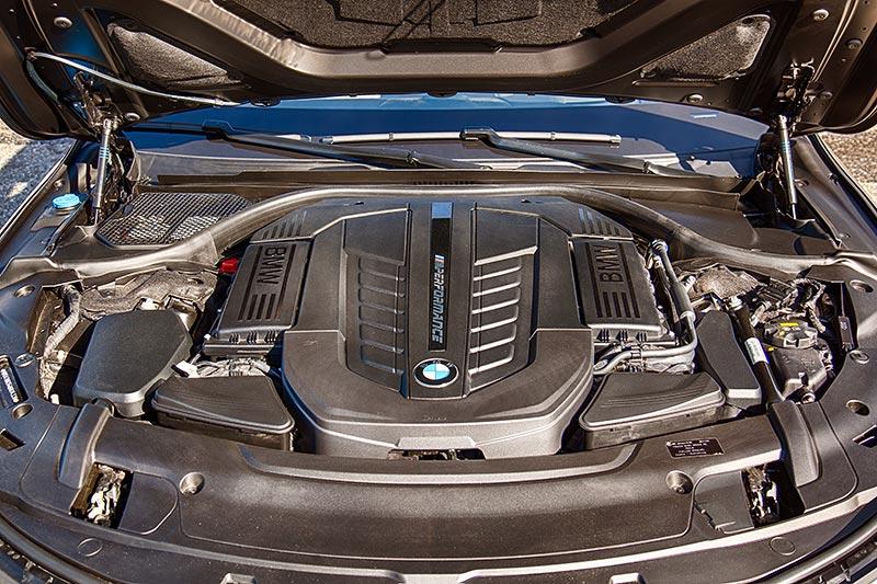 BMW M760Li xDrive, V12-Motor mit M Performance Schriftzug