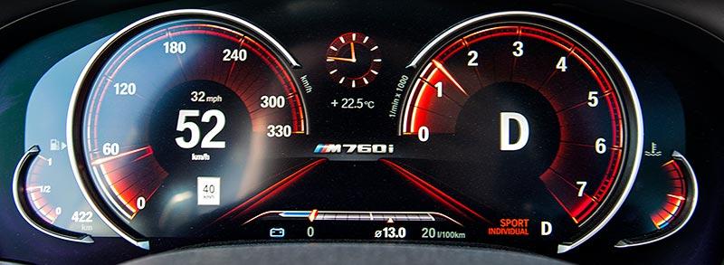 BMW M760Li xDrive, multifunktionales Instrumentendisplay bis 310 km/h