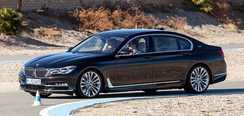 BMW M760Li V12 Excellence, Fahren auf einem abgesteckten Parcours, BMW Driving Center West, hier mit im Auto: Carsten Pries, Leiter Produktmanagement BMW M