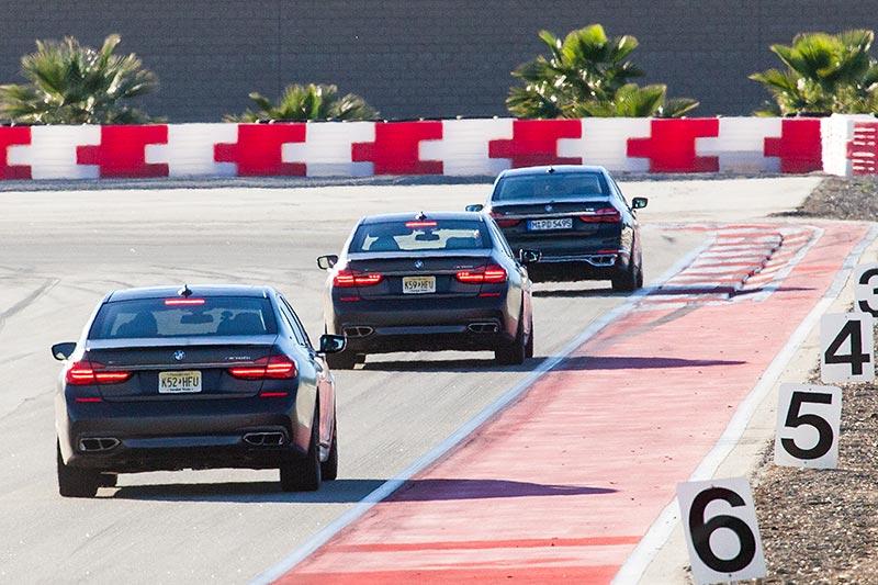 zwei BMW M760Li xDrive hinter einem BMW M760Li V12 Excellence auf der privaten Rennstrecke von Thermal