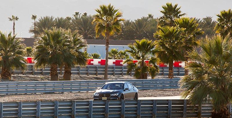 BMW M760Li xDrive auf der privaten Rennstrecke von Thermal