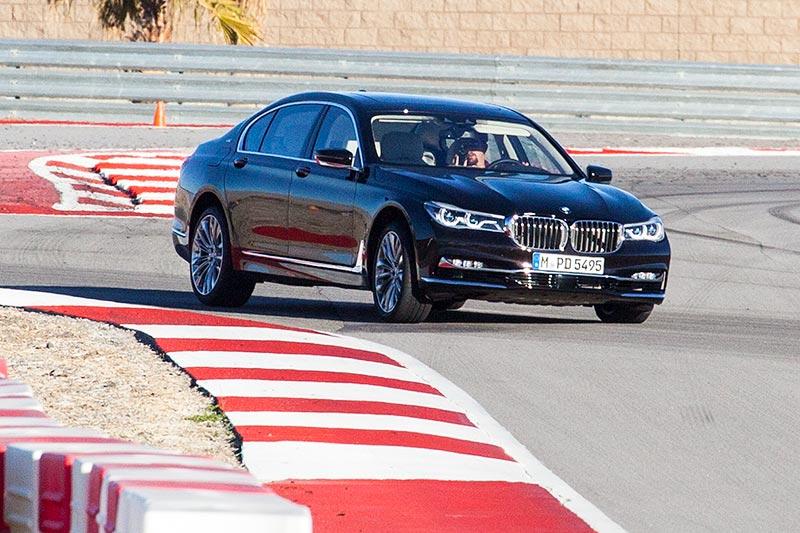 BMW M760Li V12 Excellence auf der privaten Rennstrecke von Thermal