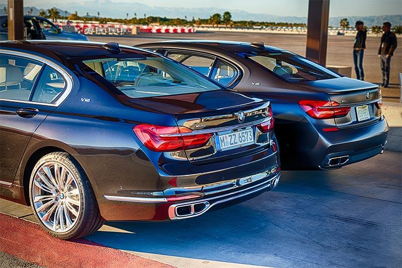 BMW M760Li xDrive neben einem BMW M760Li V12 Excellence auf der privaten Rennstrecke von Thermal