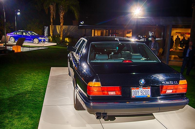 BMW 750iL (E32) neben einem BMW M760Li V12 Excellence Individual im Garten von Haus '432 Hermosa'