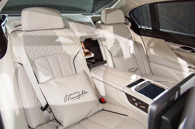 BMW M760Li V12 Excellence Individual (G12), individuell bestickte Sitzkissen