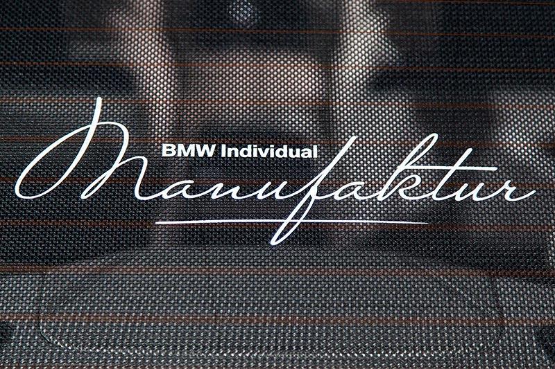 BMW M 760 Li Excellence Individual, mit individuell beschriftetem Heckrollo