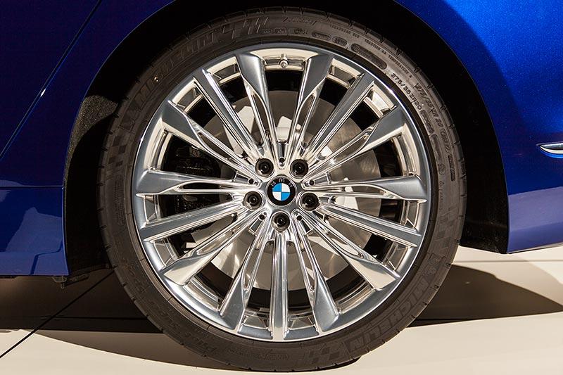 BMW M 760 Li Excellence Individual auf BMW Individual 20 Zoll Felgen