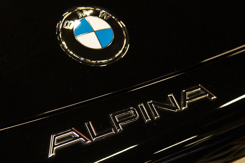 Retro Classics Cologne 2017: BMW Alpina Z8 in schwarz/schwarz, Typbezeichnung auf der Heckklappe.