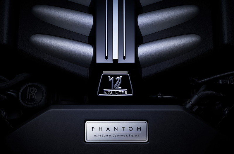 Rolls-Royce Phantom mit Schild 'Hand Built in Goodwood, England' im Motorraum