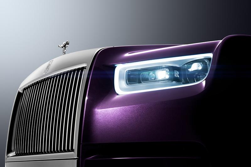 Rolls-Royce Phantom, mit prägnant umrandeten Tagfahrscheinwerfer und modernem Laserlichtsystem