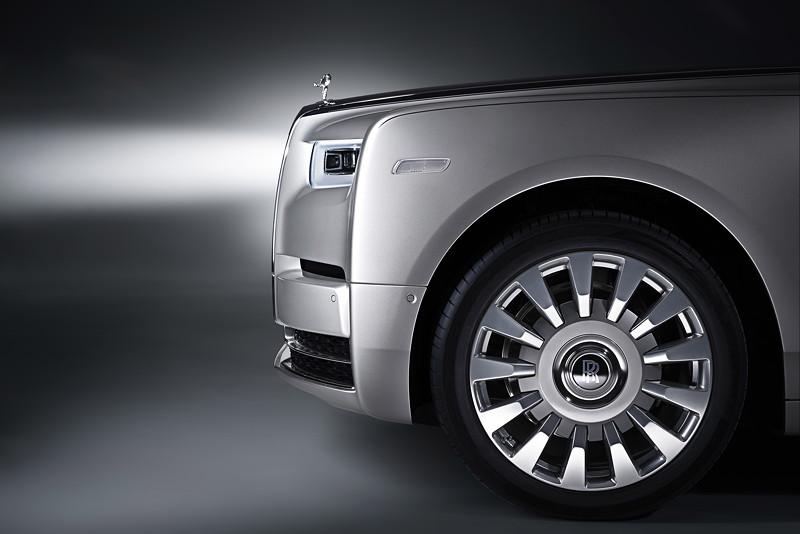 Rolls-Royce Phantom, prägnant umrandete Tagfahrscheinwerfer und modernes Laserlichtsystem
