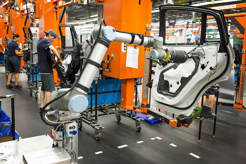BMW Group Werk Spartanburg: kollaborativer Roboter in der Fahrzeugmontage