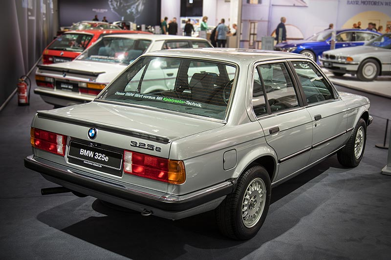 BMW 325e, mit 6-Zylinder-Reihenmotor, 2.963 ccm Hubraum, 122 PS