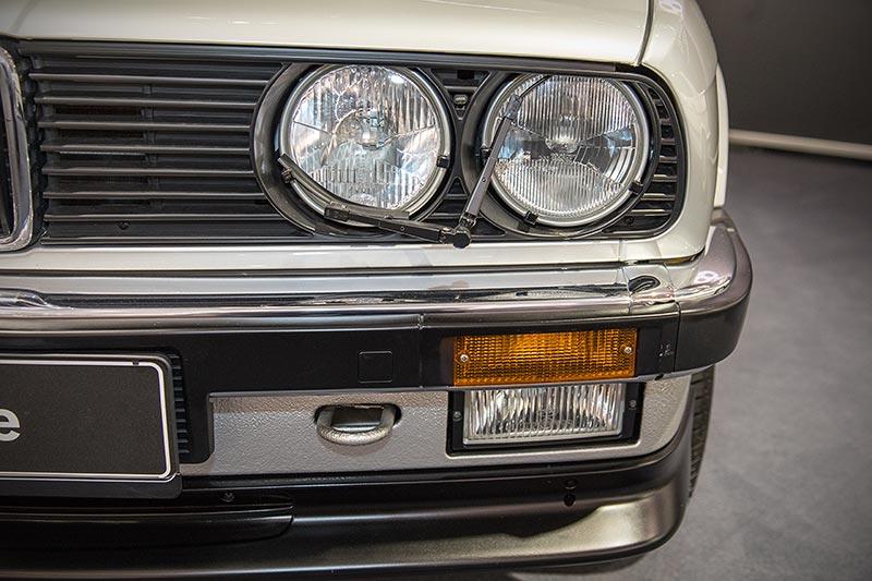 BMW 325e, Scheinwerfer mit Wischwasch-Anlage
