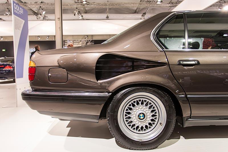 BMW 750iL, V16 (E32), seitliche Öffnung für die Motorkühlung