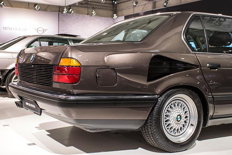 BMW 750iL, V16 (E32), seitliche Kühlluft-Einlässe am Heck. Die Motorkühler passten nicht mehr in den Motorraum.