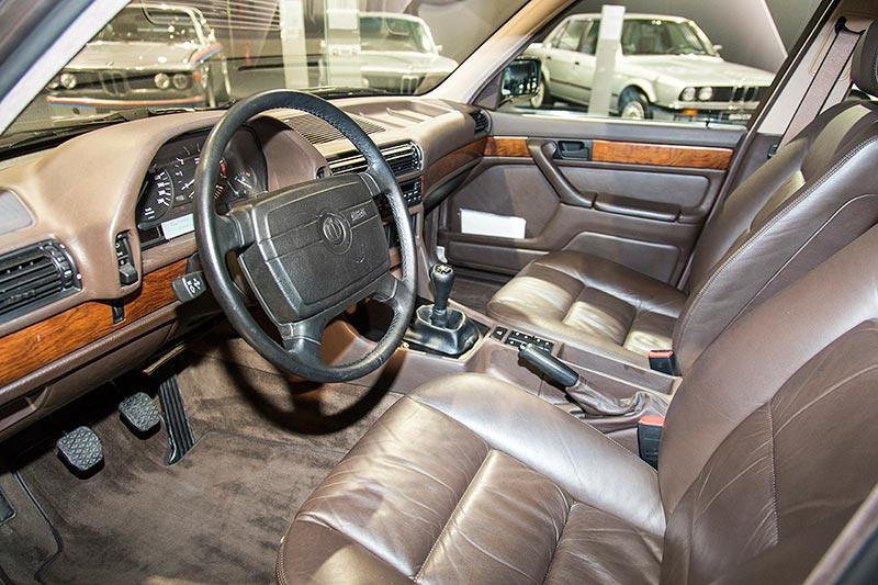 BMW 750iL, V16 (E32), Blick in den Innenraum. Auffällig: Airbag-Lenkrad aus dem Vormodell E23