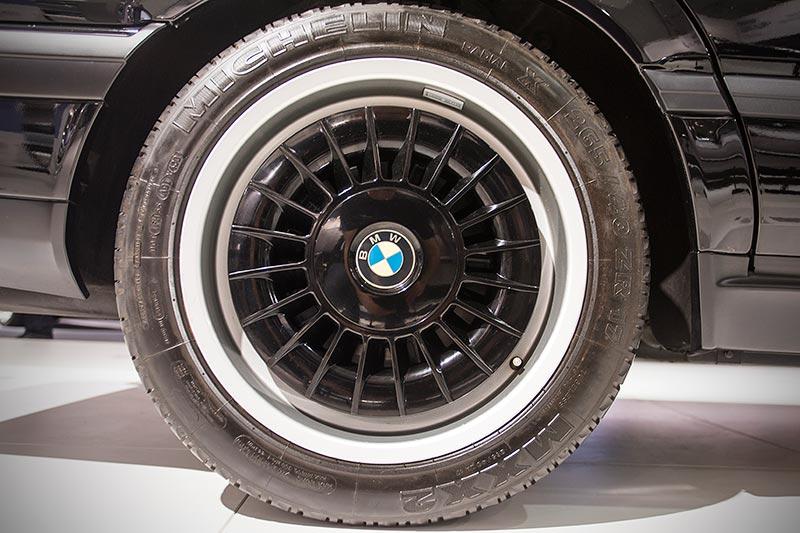 BMW 750iL (E32) by Karl Lagerfeld, mit individuell lackierten Felgen