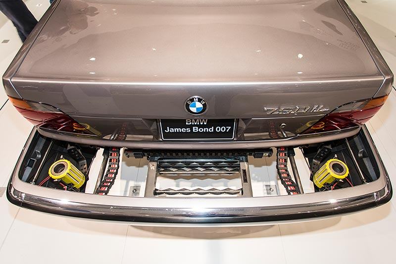 BMW 750iL (E38) James Bond, ausfahrbare Vorrichtung zum Abwerfen von Nägeln o. ä.