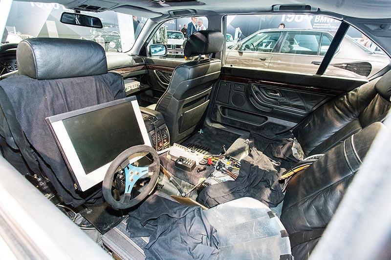 BMW 750iL (E38) James Bond, Sitzplatz hinter dem Fahrersitz, von hier aus konnte ein Stuntman das Auto 'fernsteuern'.