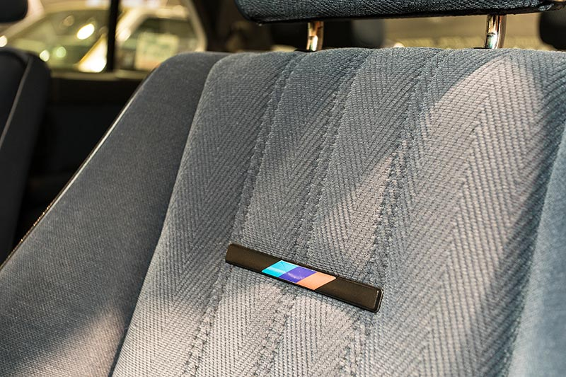 BMW M5, BMW M Logo im Sitz