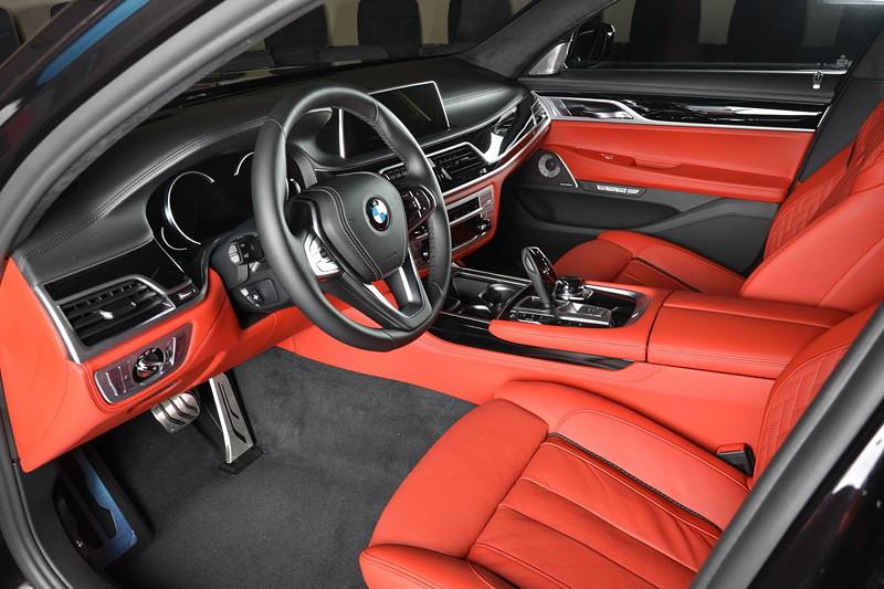 BMW 730Li (G12), Innenraum vorne, BMW Individual Merino Voll-Leder Ausstattung in Fiona rot.